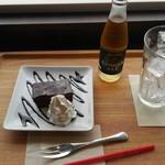 エムジェイ ブック カフェ - ガトーショコラとジンジャエール