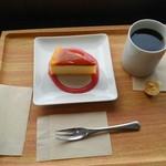 エムジェイ ブック カフェ - チーズケーキとブレンドコーヒー
