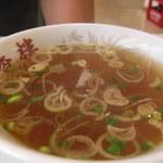 中華料理 栄香楼 - 炒飯についている香りあるスープ