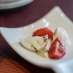ヴェスタ - 【アンティパスト】、水牛奶(すいぎゆうのちゝ)モッツァレラのカプレーゼ