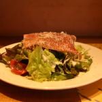 Omori別邸 - 生ハム、レタス、サニーレタス、水菜、ベビーリーフ、ミニトマトのサラダ