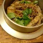 季節料理 ときわ - 今月の釜飯。奥にちょっと写っているのが、最後に使うお出汁のポット。