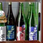 焼とり居酒屋 ゆめや - 日本酒が並ぶ冷蔵ショーケース