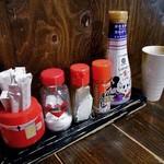 焼とり居酒屋 ゆめや - 卓上に常備された調味料類