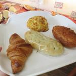 パン シャルマン - 『枝豆入りフォカッチャ』『くるみと3種のチーズのせ』『クロワッサン』『自家製カレーパン』