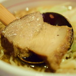 麺屋しみる - 煮干しわんたん麺(並150g)@税込950円:チャーシュー