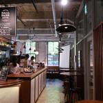 ブールバードカフェ アンドナイン - 奥にテーブル