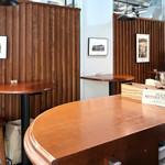 ブールバードカフェ アンドナイン - 壁際に並ぶハイ・テーブル