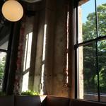 ブールバードカフェ アンドナイン - いにしえの窓枠