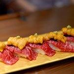 創作鉄板 粉者牛師 - 和牛炙り寿司、ウニのせ