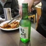 明洞豚家 - お酒の強い社員は韓国焼酎で乾杯です。