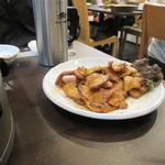 明洞豚家 - お肉は味の付いたコチジャンサムギョプサル1500円を2人前追加です。
