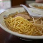 ラーメン専門 つるや - 麺は醤油ラーメンと同じくスープによく絡む