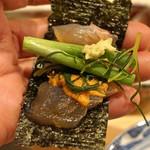 はらまさ - 鯛の鮟肝、葱、山葵、オカヒジキをのせ海苔巻きで