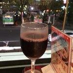 カフェ&レストラン談話室 ニュートーキョー - グラス赤ワインとロータリーの風景