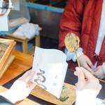 ゑびや商店 あわび串屋台 - 【屋台】あわび串は袋に入れてお渡しします。