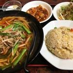 紅灯籠餃子館 - 料理写真:ラーメンセットの「台湾ラーメン+半チャーハン」780円也。税込。