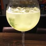 ワインバー ヌーバ - 気節のフルーツを使ったオリジナルカクテル