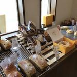ベーカリー ハチマルニ - 料理写真:このコーナー、魅力的なパンがいっぱいありましたが、ちょっと大きすぎて・・・(2018.5.17)