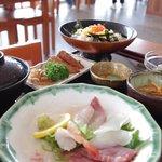 市場食堂 鶴の港 - 海鮮丼 ¥950