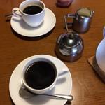 有機野菜食堂 わらしべ - 穀物コーヒー(奥)とコーヒー。牛乳がすごく美味しい。