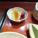 鈴波  - お漬物だって5種もあって美味しい