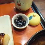 鈴波  - 口取りの丹波黒豆煮 可愛らしい器