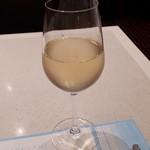 86009622 - 蒸し暑いので冷たく辛口の白ワインが最高に美味しい。