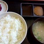 焼肉処 まるます家 - ご飯の量は値段変わらず、小・中・大と選べます!写真は中です♡お代わりは100円です♬