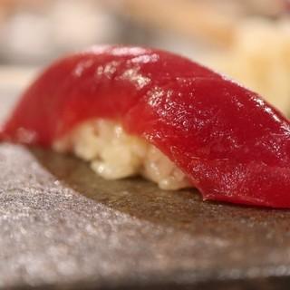 新鮮な魚を使用した本格的な赤酢のにぎり寿司
