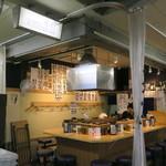 天ぷらとワイン 小島 - 市場内のラフな雰囲気そのままのカウンターのみの店