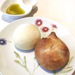ミクニ マンスール - メランジェ(ゴマとくるみのパン)と、ナチュール(ミルクのパン)