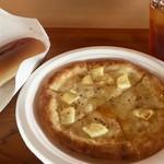小岩井農場まきば園 軽食コーナー - 4種のチーズピザ・ホットドック