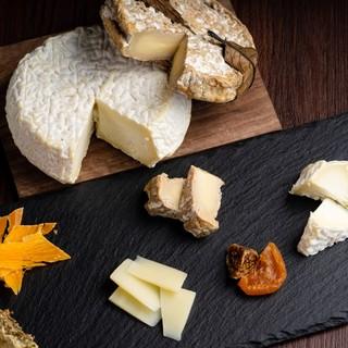 こだわりのチーズ30種。