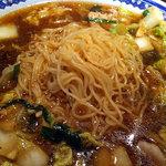 彩華ラーメン  - 麺は細め。スープの温度が高いのですぐに伸びる。