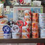 平尾酒店 - 目の前の棚には、缶詰や乾きものが並ぶ