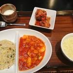 紅虎餃子房 - エビチリと炒飯セット1780円