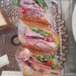 デリ&カフェ ドルチェヴィータ - イタリアのハムをバケットサンドに