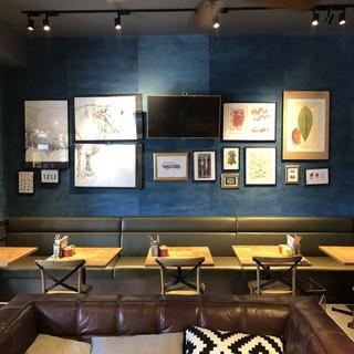 優雅に食事を楽しめる、おしゃれな店内空間をお楽しみください。