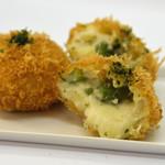 楽万コロッケ店 - じっくりソテーしたアスパラガスを贅沢に使い、一口サイズの北海道産モッツァレラチーズを中に入れ込みました