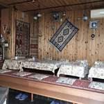アラプスン - 入り口側はテーブル、奥にカウンターがあります