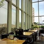 風の森 コスモポリタンカフェ - 奥のテーブル席