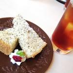 86080583 - 【2018.05】ランチのドリンク、デザート(米粉の紅茶シフォンケーキ)