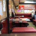 伊勢屋本店 - お店の内観です テーブル席は予約した方が安心です
