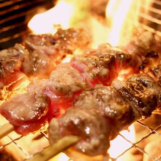 「さつま雅」を炭火で豪快に焼き上げた「鶏もも炭火焼き串」