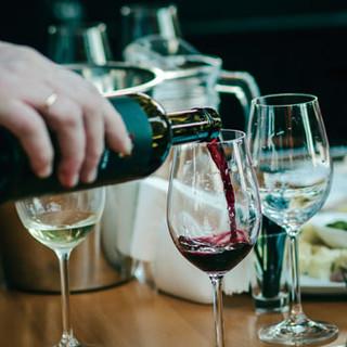 ワインBAR併設のシャンデリアフロアで直輸入ワインを楽しむ