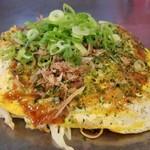 86103054 - 肉玉そば(税込800円)                       ・袋入り蒸し細麺                       ・オタフクソース                       ・焼き方:ヘラで押さえない                       ・焼き上がりの形:標準                       ・鉄板で食べるのは可能