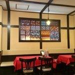 オリエンタルカフェ - 店内風景。店内は空間分煙で、奥側が喫煙エリア。