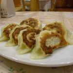 隆昇軒 - 定番の餃子。大きめで、食感良し。