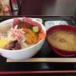 長谷川食堂 - 海鮮丼横から~